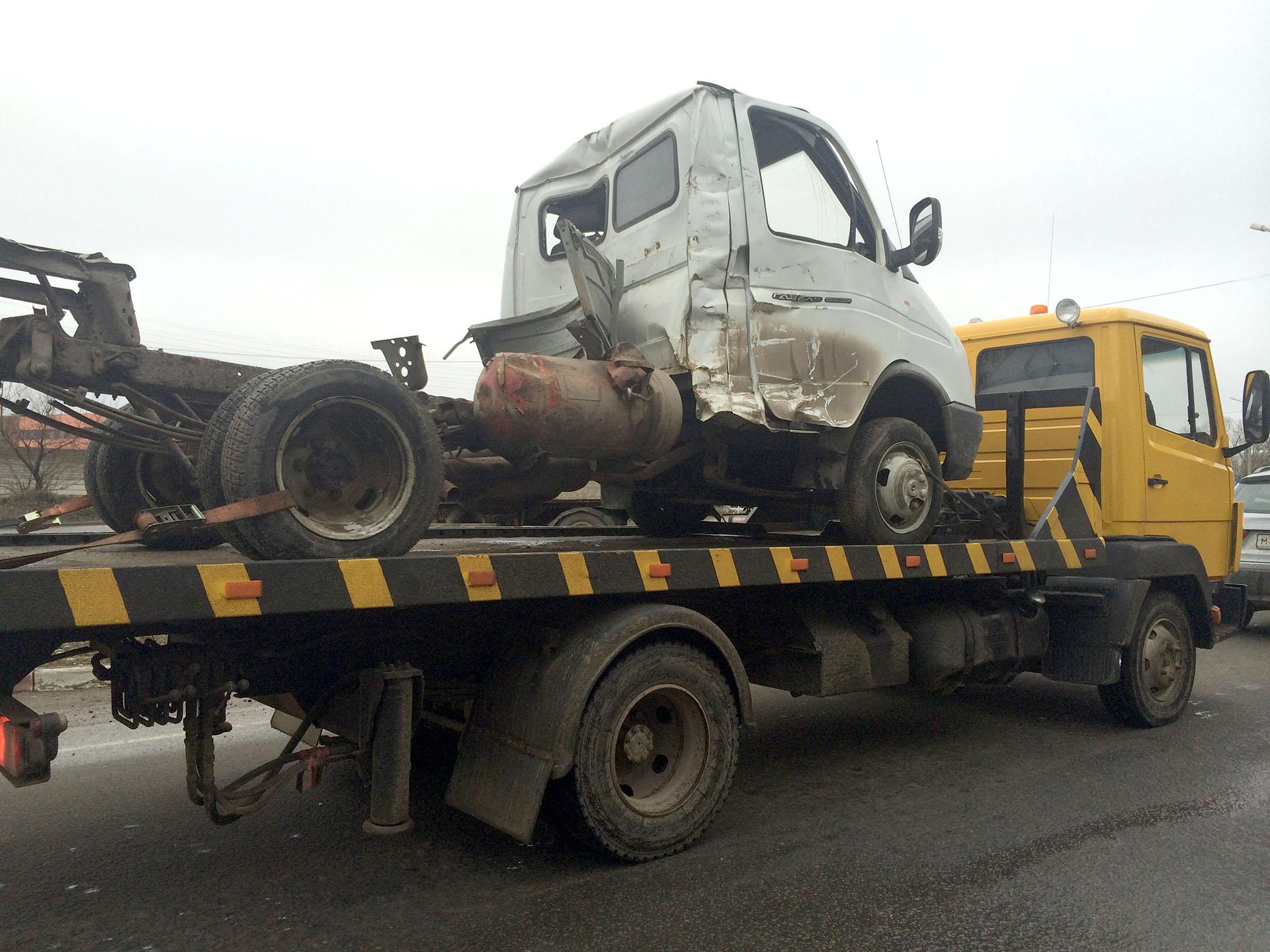 Эвакуатор Mercedes перевозит битый автомобиль