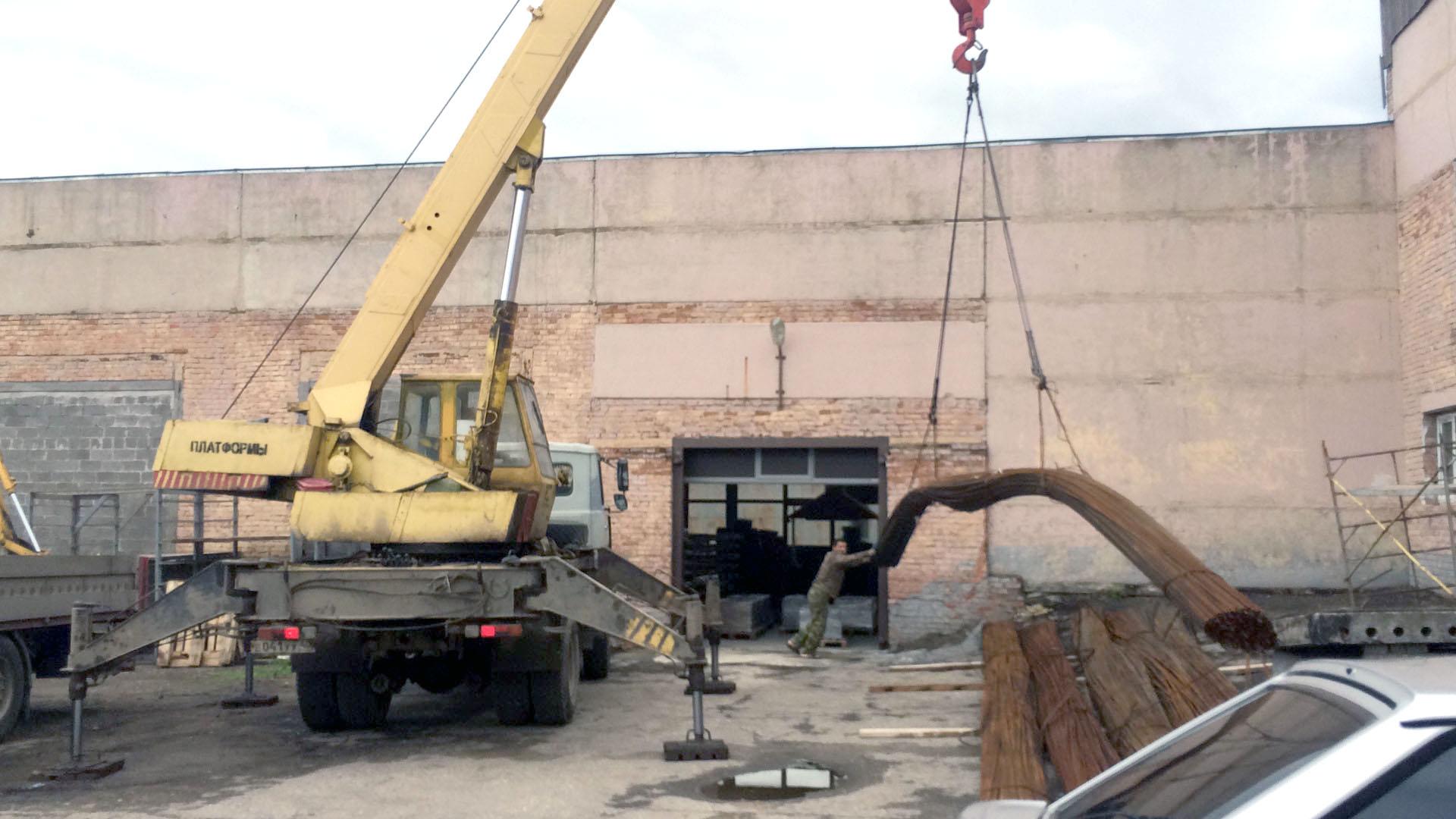 Автокран Ивановец 14 тонн разгружает арматуру