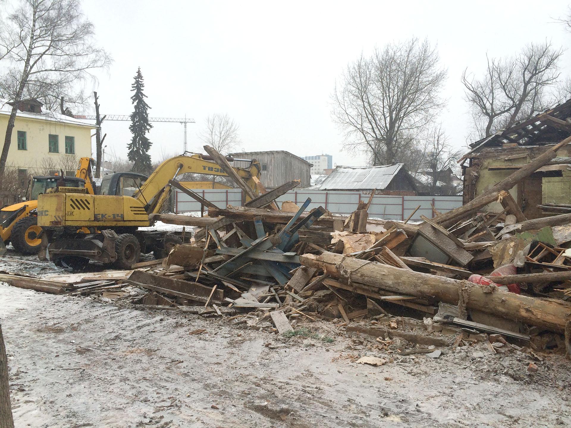 Демонтаж старого здания колесным отечественным экскаватором